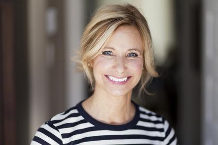 Mature woman smiling 免版税图像 - 29874318