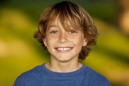 hombres jovenes: Retrato de un muchacho feliz joven Foto de archivo