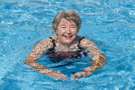 年配の女性水泳