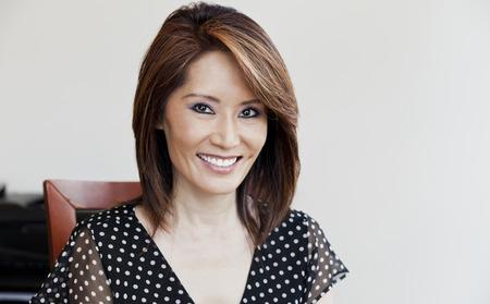 mujeres maduras: Empresaria asi�tica sonriente de