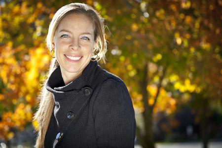 mujeres maduras: Retrato de una mujer madura que sonr�e en el parque