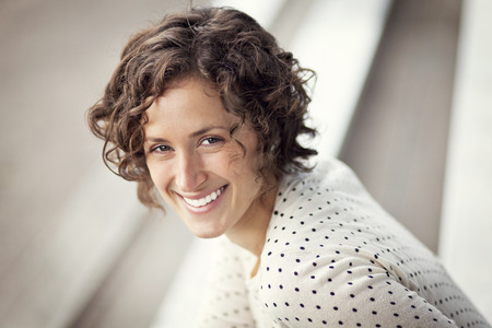 mooie vrouwen: Portret van een mooie vrouw lachend op de Park Stockfoto