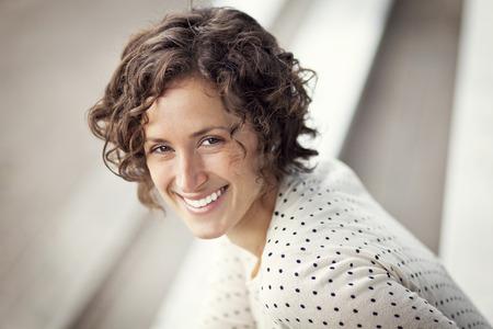 mujeres maduras: Retrato De Una Mujer Bonita Sonriente En El Parque