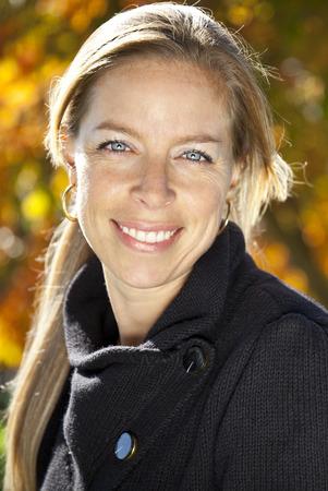 mujeres maduras: Primer plano de una mujer madura que sonr�e en la c�mara