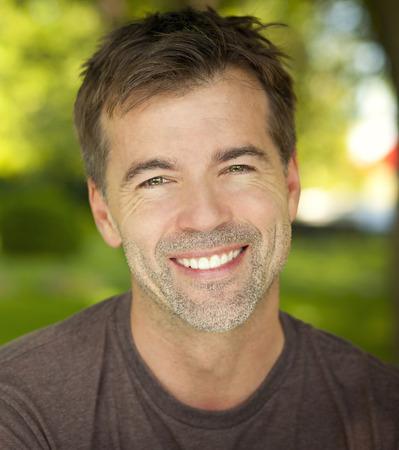 visage homme: Portrait Of A Confiant homme d'�ge m�r souriant � la cam�ra