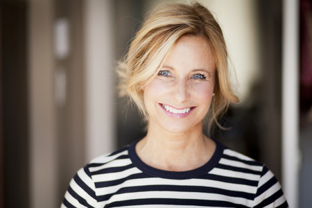 Femme d'âge mûr souriant à la caméra Banque d'images