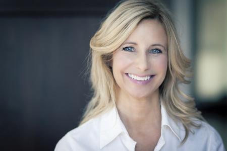 mujer bonita: Mujer madura sonriendo a la c�mara