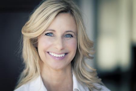 Femme d'âge mûr souriant à la caméra