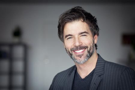 gestos de la cara: Primer plano de un hombre maduro sonriente a la cámara