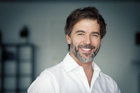 Close-up van een volwassen man glimlachend op de Camera