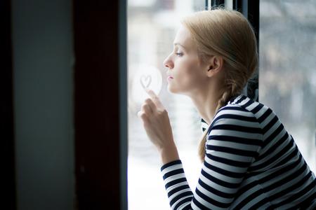 mujeres maduras: Retrato De Una Mujer En El Amor En La Ventana