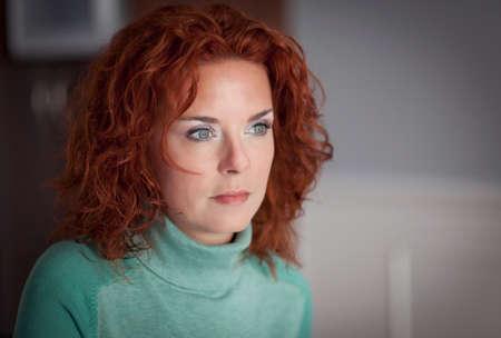 mujeres: Retrato De Una Mujer seria perdida en sus pensamientos