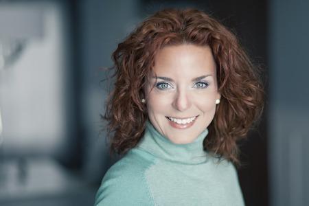 Close-up van een volwassen vrouw lachend op de camera Stockfoto