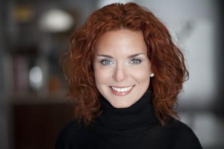 mujeres maduras: Primer plano de una mujer madura sonriendo a la c�mara