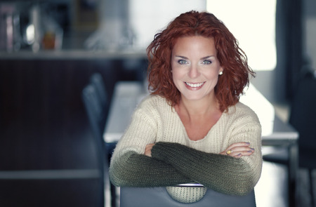 portrét: Detailní záběr na zralá žena s úsměvem na kameru