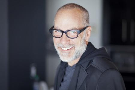 bel homme: Gros plan d'un homme senior souriant � la cam�ra