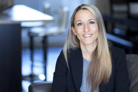 confianza: Rubia Empresaria confidente Trabajo en el pa�s Foto de archivo