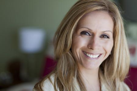 madre trabajadora: Mujer rubia madura sonriendo a la c�mara