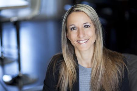 vida sana: Rubia Empresaria confidente Trabajo en el pa�s Foto de archivo