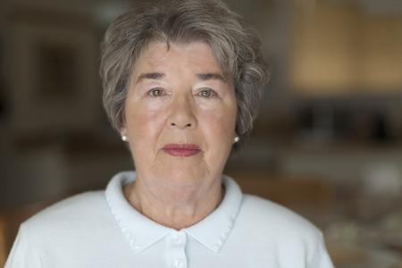 caras de emociones: Retrato de una mujer mayor que sonr�e a la c�mara Foto de archivo