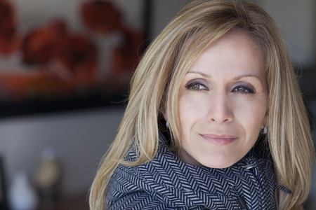mooie vrouwen: Portret van een droevige Vrouw wegkijken