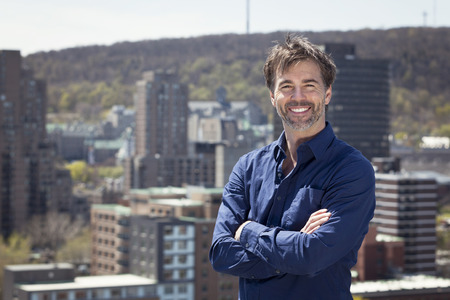 Portrait Of A Mature Broker Man Smiling In town Standard-Bild