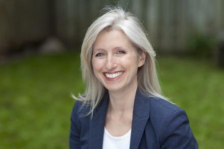 mujeres maduras: Retrato de una empresaria sonriendo a la c�mara