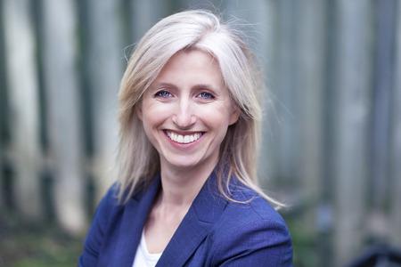 femme blonde: Portrait d'une femme d'affaires souriant � la cam�ra