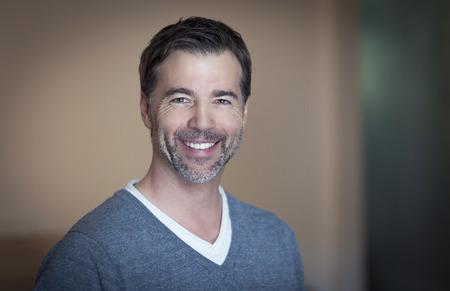 volto uomo: Primo piano di un uomo maturo sorridente a casa Archivio Fotografico