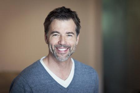 visage homme: Portrait d'un homme d'�ge m�r souriant � la cam�ra