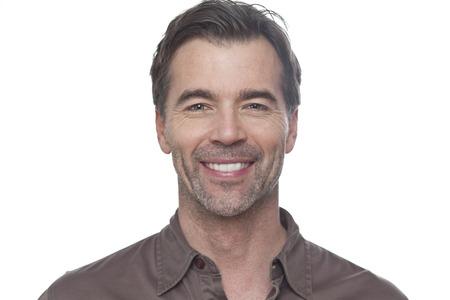 hombres maduros: Retrato de un hombre maduro sonriente a la cámara aislada en blanco