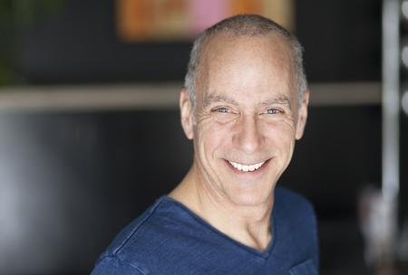 vida sana: Primer plano de un hombre maduro sonriente a la c�mara