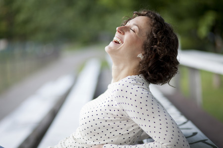 mujeres maduras: Retrato De Una Mujer Bonita Riendo En El Parque Foto de archivo