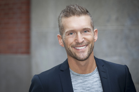 sonriente: Retrato de un hombre sonriente a la cámara