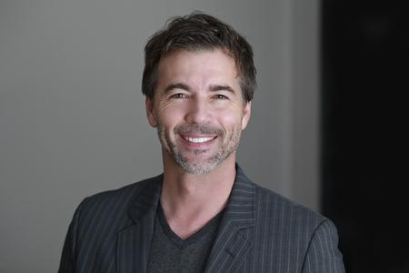 volto uomo: Primo piano di un uomo maturo sorridendo alla Camera