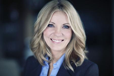 à  à     à  à    à  à female: Retrato de una empresaria madura sonriente a la cámara
