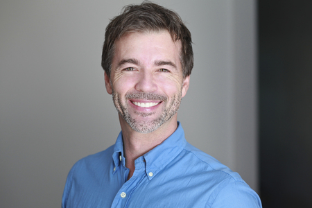 Portrait d'un homme d'âge mûr souriant à la caméra Banque d'images