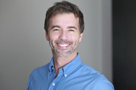 visage homme: Portrait d'un homme d'âge mûr souriant à la caméra