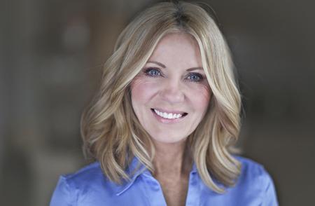 Retrato de una empresaria madura sonriente a la cámara