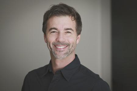 viso di uomo: Ritratto di un uomo maturo sorridendo alla telecamera Archivio Fotografico