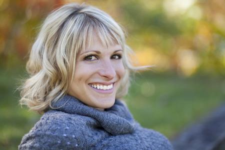 公園で笑っている中年の女性の肖像画 写真素材