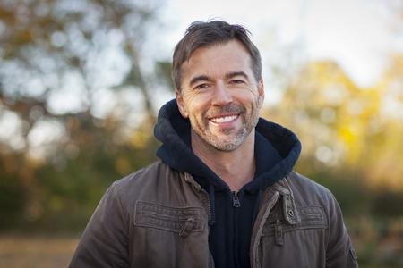 Portret van een volwassen man lacht in het park Stockfoto