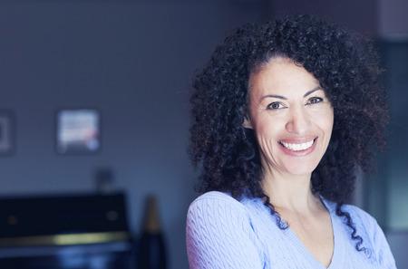 femme noire nue: Femme ethnique mûr souriant à la caméra Banque d'images