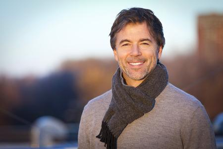 ハンサムな成熟した幸せな男は屋根の上 Camera.Outside に笑顔します。 写真素材 - 66448657