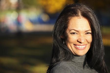 カメラに向かって笑みを浮かべて成熟したコロンビアの女性の肖像画