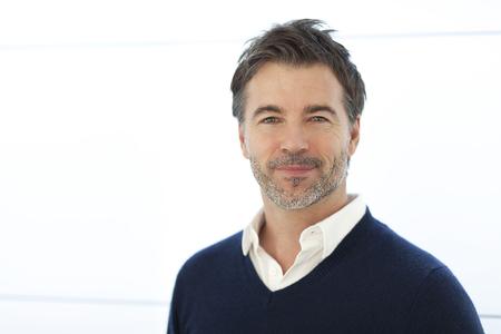 Homme d'affaires d'âge mûr souriant à la caméra. Isolé sur blanc. Banque d'images - 76463564