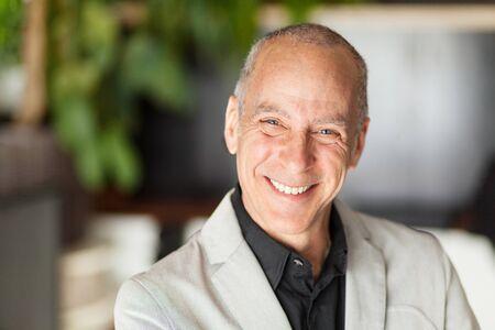 Portrait D'un Homme Mûr Souriant à La Caméra. Vieil homme heureux. Banque d'images