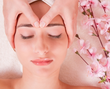tratamiento facial: cara masaje en el spa macro pequeños ojos de la mujer cercanos