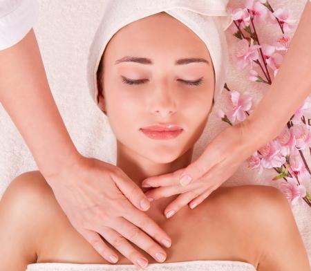 kosmetik: junge Frauen in Spa-Massage junge Frau mit geschlossenen Augen Makro