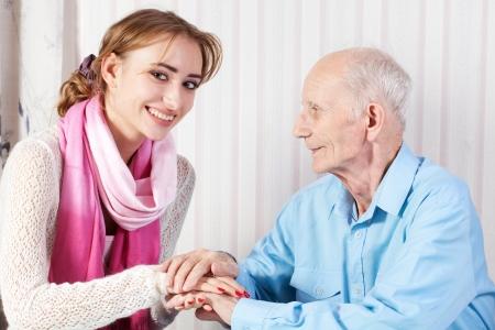 haushaltshilfe: Senior Mann mit seiner Bezugsperson zu Hause Lizenzfreie Bilder